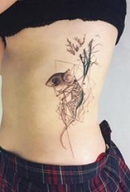 老鼠纹身图 女生侧腰上几何和老鼠纹身图片
