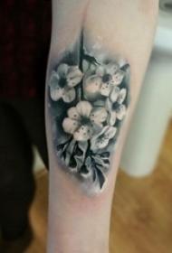 樱花花瓣纹身 女生手臂上彩色的樱花纹身图片