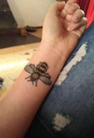 小蜜蜂纹身 女生手臂上小蜜蜂纹身可爱图案