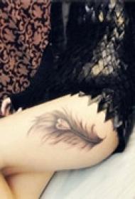 精美羽毛腿部纹身