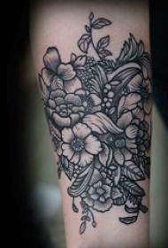 文艺花朵纹身 女生手臂上黑灰纹身花朵纹身图案