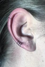 纹身耳朵 女生耳朵上黑色的线条纹身图片