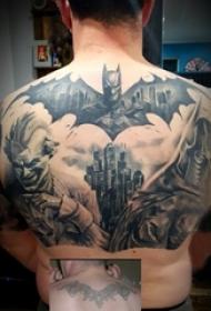 后背纹身男 男生后背上黑色的英雄人物纹身图片