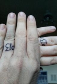情侣纹身戒指 情侣手指上黑色的数字戒指纹身图片