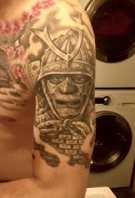 大臂纹身图 男生大臂上黑灰的武士纹身图片