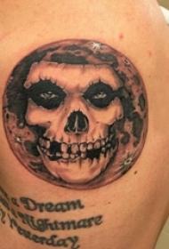 纹身骷髅头  男生脚部骷髅纹身图片