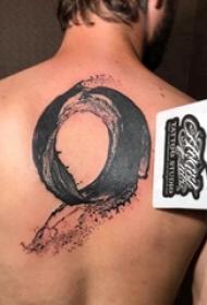 后背纹身男 男生后背上黑色的圆形纹身图片