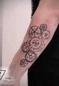 机械齿轮纹身 男生手臂上黑色的齿轮纹身图片