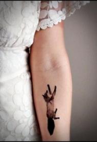 纹身手臂女生 女生手臂上黑色的狐狸纹身图片