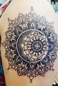 大臂纹身图 女生大臂黑色的曼陀罗纹身图片