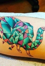 几何动物纹身 男生手臂上彩色的大象纹身图片
