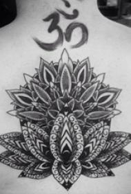 纹身后背女 女生后背上黑色的莲花纹身图片