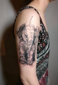 小动物纹身 男生大臂上黑色的大象纹身图片