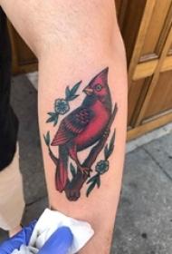 百乐动物纹身 男生手臂上花朵和鸟纹身图片
