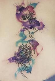 纹身后背女 女生后背上人物和花朵纹身图片
