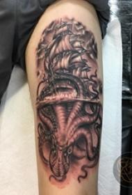 纹身黑色 男生手臂上章鱼和帆船纹身图片