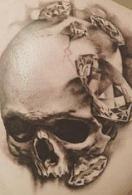 纹身骷髅头 男生背部骷髅纹身钻石图片