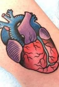 小腿对称纹身 男生小腿上彩色的心脏纹身图片