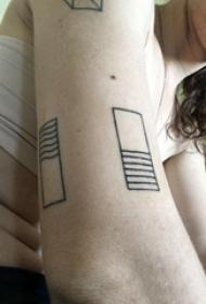几何元素纹身 女生手臂上黑色的几何纹身图片