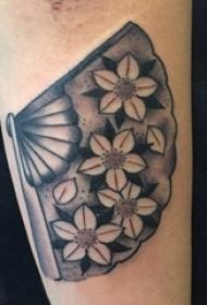 手臂纹身素材 男生手臂上花朵和扇子纹身图片