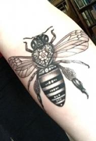 小動物紋身 女生手臂上黑色的蜜蜂紋身圖片