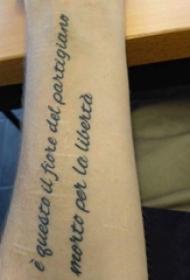 英文短句纹身 女生手臂上英文短句纹身黑色图片