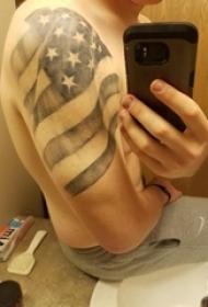 美国国旗纹身 男生手臂上黑色的旗帜纹身图片
