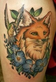 大腿纹身传统 女生大腿上花朵和狐狸纹身图片