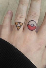 简约手指纹身 男生手指上三角形和圆形纹身图片