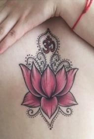 女生胸下纹身 女生胸下彩色的莲花纹身图片