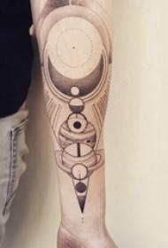 手臂纹身素材 男生手臂上黑灰的星球纹身图片