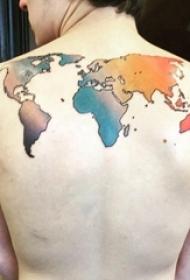 纹身世界地图 男生后背上彩色的世界地图纹身图片