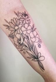 极简线条纹身 男生手臂上黑色的花朵纹身图片