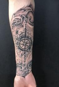 手臂纹身图片 男生手臂上黑色的指南针纹身图片