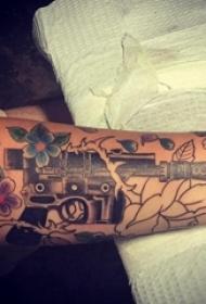 枪纹身 男生手臂上枪纹身图案