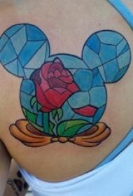 后肩纹身 女生后肩上玫瑰和米老鼠纹身图片