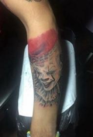 小丑纹身 男生手臂上彩色的小丑纹身图片