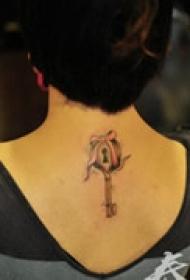 精美锁匙颈部纹身