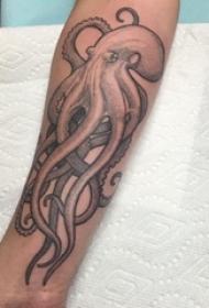纹身黑色 男生手臂上黑色的章鱼纹身图片