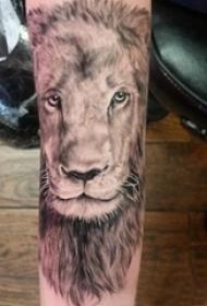 黑灰写实纹身 男生手臂上黑灰的狮子纹身图片