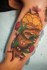 双大臂纹身 男生大臂上花朵和蛇纹身图片
