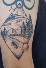纹身黑色 男生大臂上飞碟和风景纹身图片