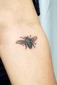 小蜜蜂纹身 女生手臂上小蜜蜂纹身小动物纹身图片
