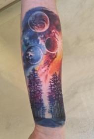 手臂纹身素材 男生手臂上星球和大树纹身图片