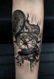 纹身指南针 男生手臂上素描纹身指南针图片