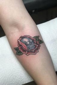 骷髅花朵纹身图案 男生手臂上骷髅和花朵纹身图片