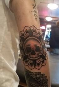 纹身骷髅头 男生手臂上梵花纹身图片