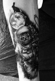 宇航员纹身图案 男生手臂上宇航员纹身图案