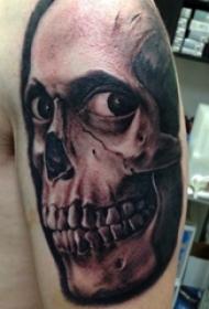 纹身骷髅头 男生手臂上黑灰纹身骷髅头图案