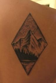 纹身黑色 男生后背上黑色的山脉纹身图片
